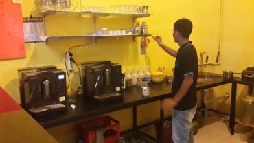 Sudut dapur Indaco Coffee, expresso coffee dihasilkan dari 2 mesin kopi di dapur ini