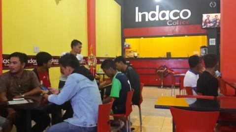 Suasana Indaco Coffee yang ramai hingga tengah malam